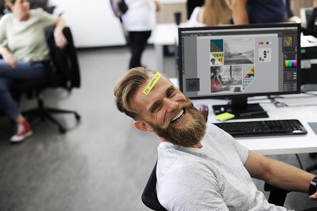 Un homme content d'avoir récupéré ses données sur une carte SD