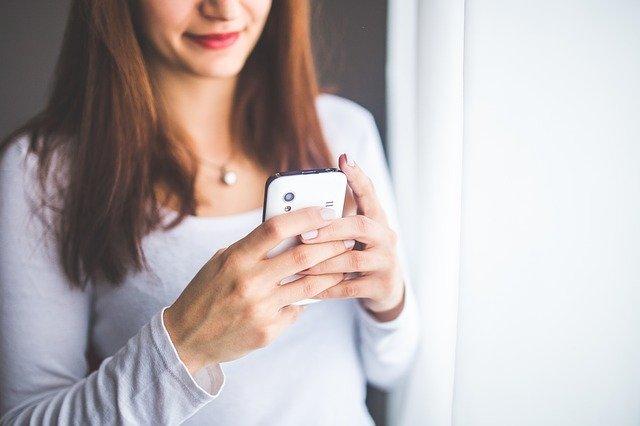 Femme qui écrit un SMS